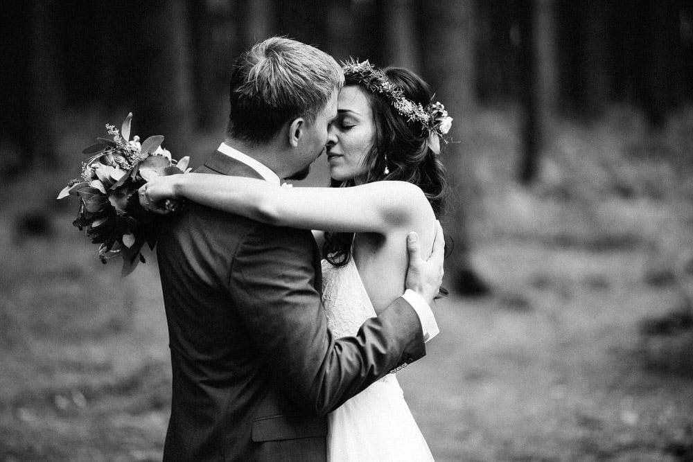 Hochzeitsfotograf Osnabrück Münster Bielefeld Moritz Fähse  Fotoshooting im Wald mit Brautpaar auf einer Lichtung