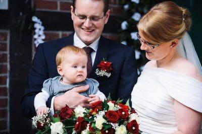 Hochzeitsfotograf Osnabrück, Portrait von der Hochzeitsreportage von Vera und Sven Hochzeitsfoto mit Baby vor der Taufe