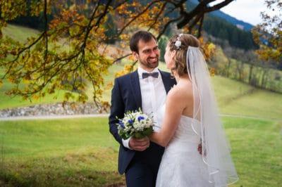 Hochzeitsfoto eines Brautpaars im Allgäu unter einem herbstlichen Baum