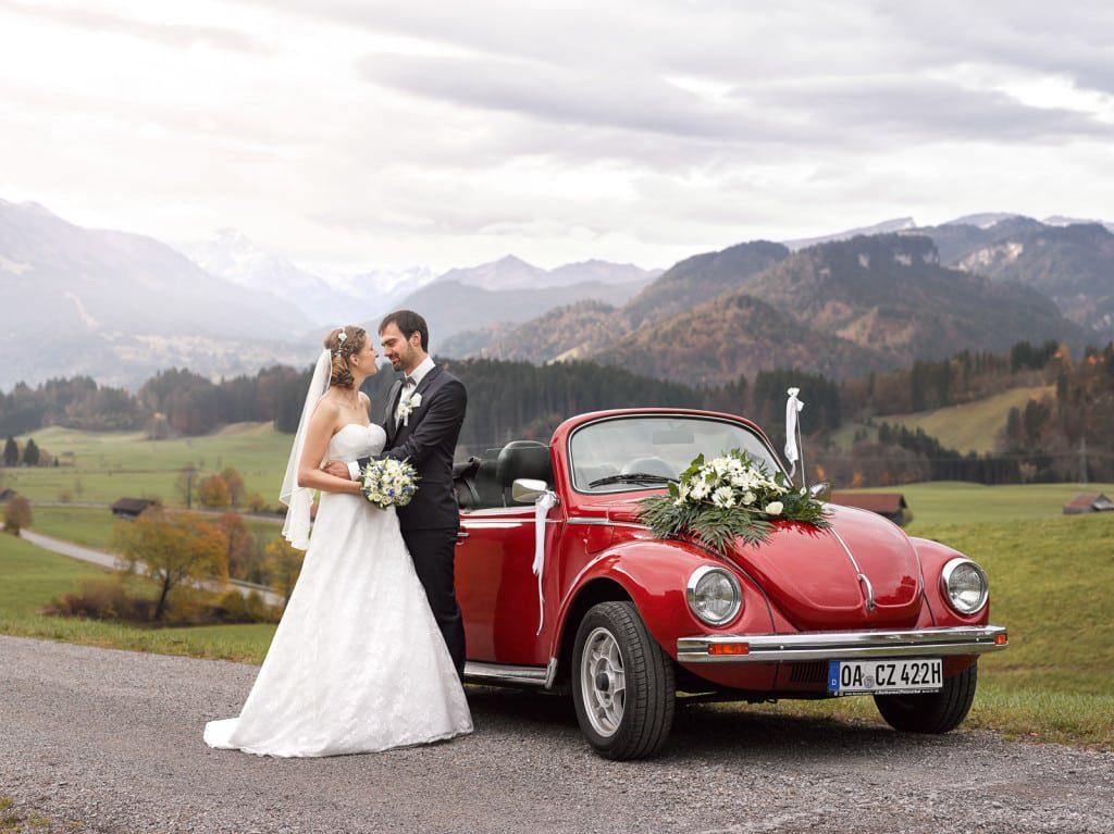 Hochzeitsfotograf Moritz Fähse Foto von Carolin und Stefan mit VW Käfer vor den Alpen