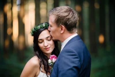 Hochzeitsfoto vom Brautpaar Sümi und Janosch im Wald im Allgäu