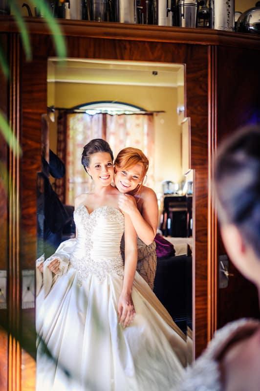Die Braut und ihre Trauzeugin betrachten sich im Spiegel beim Getting Ready für die Trauung in Kalifornien