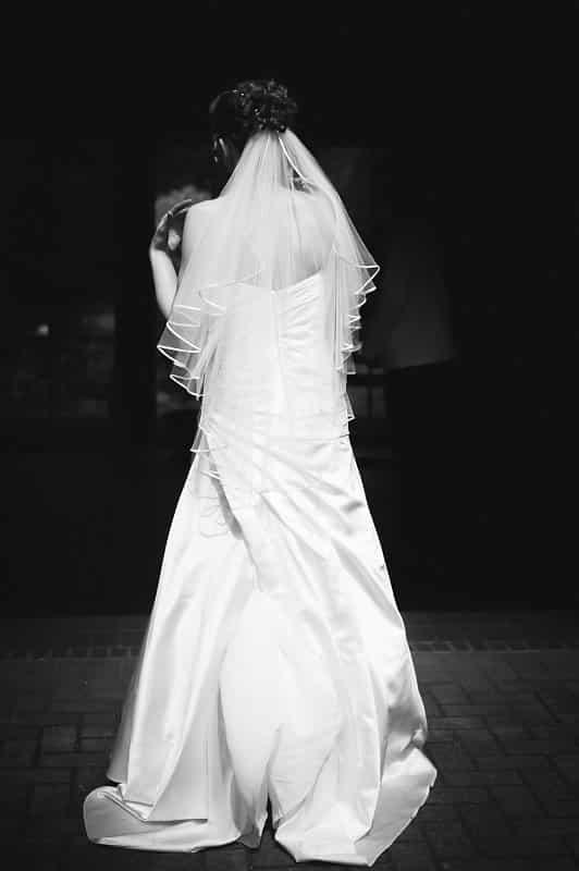 Abstraktes Bild des Brautkleids von Kathi vor schwarz